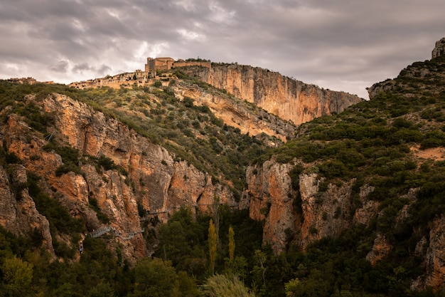 Взгляд от alquezar одного из самых красивых городков страны на провинции уэски, арагона, испании.