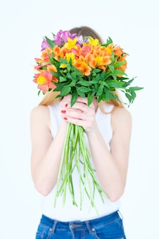 Букет альстромерий. девушка держит букет цветов