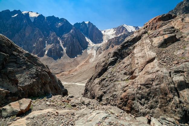 알타이 산맥. 볼쇼이 악트루 빙하로 가는 길. 고품질 사진