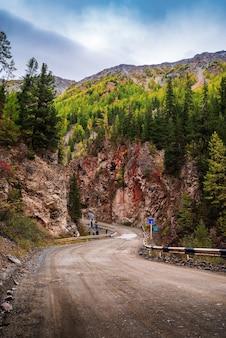 アルタイ共和国、ロシア-2019年9月18日:レッドゲートロック、観光と自然の魅力