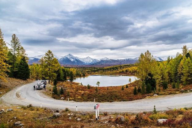 알타이, 러시아, 키델류 호수 및 쿠라이 산맥의 눈 덮인 봉우리. 가을 산 풍경