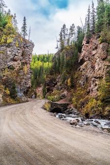 알타이, 러시아. 레드 게이트 록 자연 명소, 도로 표지판 chibitka 강에 비문