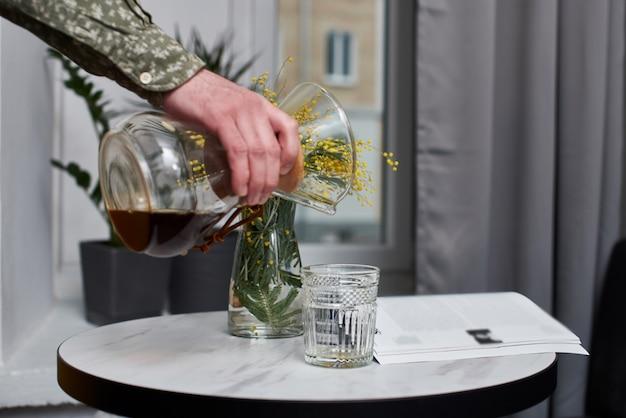 Чередование фильтра ручной заваривания кофе крупным планом. аппараты для кофе