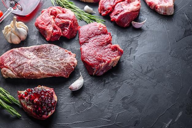 대체 쇠고기 스테이크는 상단 블레이드, 척 롤 및 럼프 스테이크, 텍스트 공간이 있는 측면 보기로 잘라냅니다.