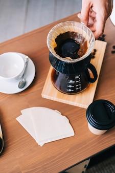 푸어오버 드립퍼와 종이 필터를 사용하는 대체 커피 추출 방법.