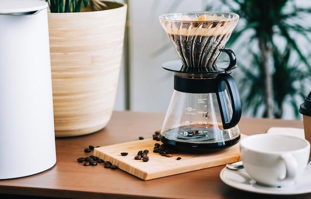 ドリッパーとペーパーフィルターに注ぐことを使用した、代替のコーヒー醸造方法。
