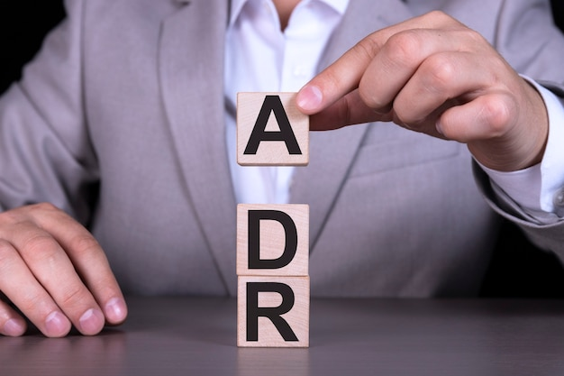 木製の立方体に書かれた裁判外紛争解決adrテキスト Premium写真