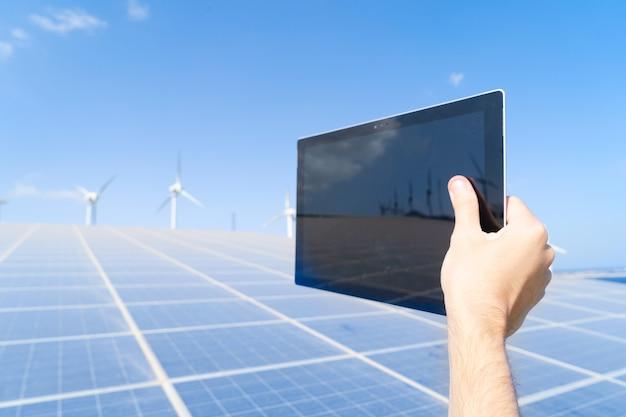 대체 에너지 - 태블릿 장치, 녹색 에너지 및 친환경 산업 개념을 보유한 태양 전지 패널 공장의 엔지니어