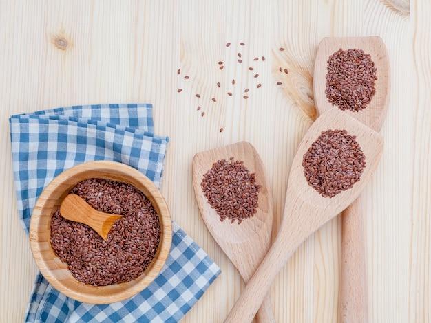 代替ヘルスケアとダイエット亜麻の種子、木製の背景に。