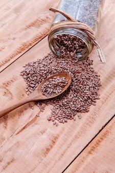 素朴な木製の背景に代わりの健康管理とダイエットの亜麻が設置されています。