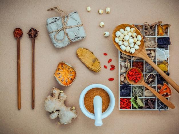 代替医療と薬草。木箱に様々な漢方薬を干した。