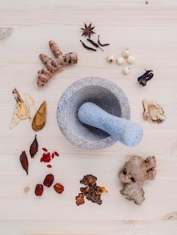 代替薬は、木製の背景に様々な中国のハーブを乾燥させた。