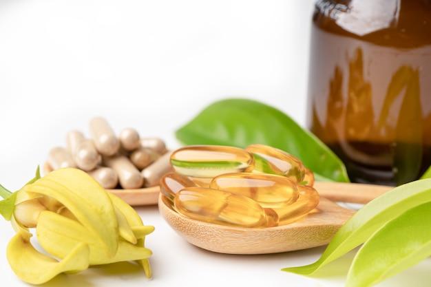 Альтернативная медицина травяные органические капсулы с витамином е, рыбьим жиром омега-3, минеральными веществами, лекарственными препаратами с натуральными добавками из листьев трав для здорового образа жизни.
