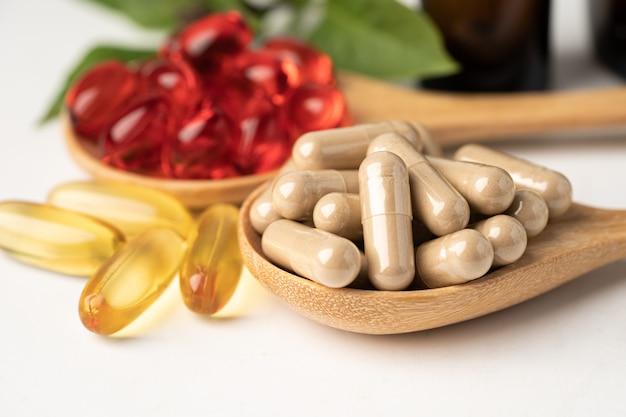 비타민 e 오메가 3 생선 기름, 미네랄, 건강하고 좋은 삶을 위한 허브 잎 천연 보충제가 포함된 대체 의학 허브 유기농 캡슐.