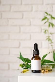 Альтернативная медицина, натуральная косметика. масло cbd и листья конопли косметики, вид спереди, пространство для копирования, дизайн макета