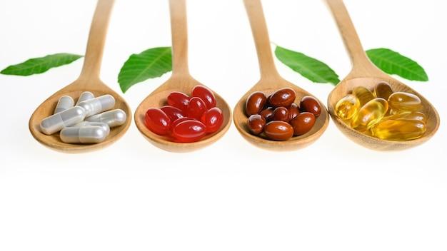 白い背景の上の代替医療の丸薬錠剤カプセルとビタミン有機サプリメント