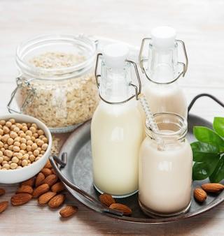 콘크리트 배경에 유리병에 담긴 대체 유형의 채식주의 우유. 평면도