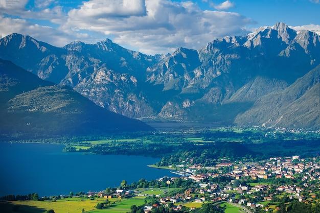 Озеро альто ларио комо лекко с высокими горами