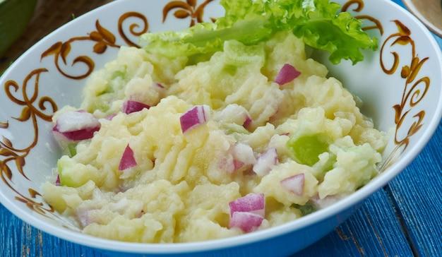 Алу питика, картофельное пюре в горчичном масле, ассамская кухня юго-восточная азия традиционные блюда-ассорти, вид сверху.
