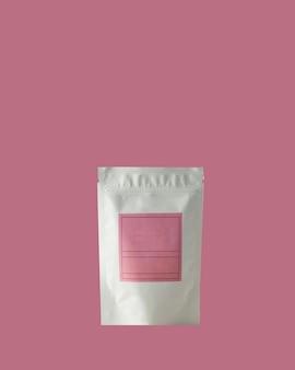 분홍색 배경에 서명을 위한 분홍색 라벨이 있는 차 커피용 알루미늄 가방