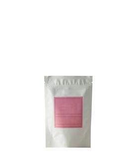 흰색 바탕에 서명을 위한 분홍색 라벨이 있는 차 커피용 알루미늄 가방