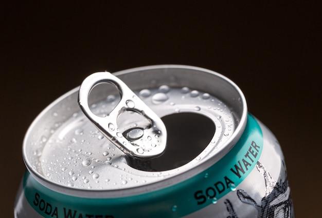 中に水滴とソーダ水が入ったアルミ缶