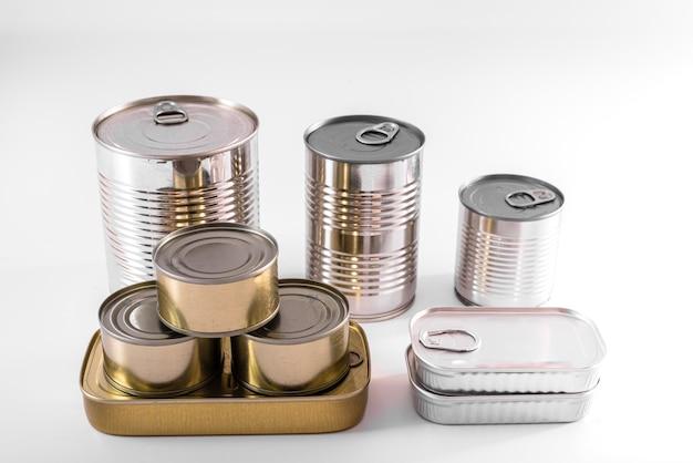 白で隔離されるさまざまな種類のアルミ缶