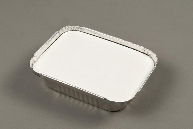 配達用に準備された温かい食べ物を取るためのアルミニウム容器