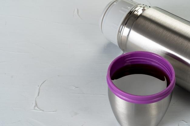 アルミ製魔法瓶コンテナボトルをテーブルにクローズアップ