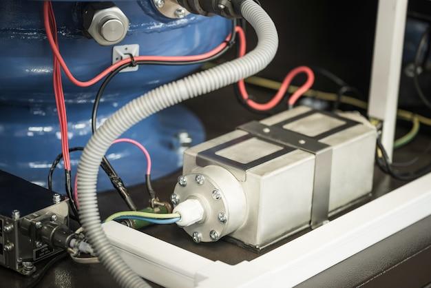 電源ケーブル接続ソケットの近くのデバイスの基礎フレームの電圧計に接続されたアルミニウム抵抗ブロック