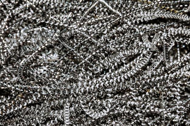 알루미늄 부스러기. 생산 중인 cnc 기계의 알루미늄 가공.