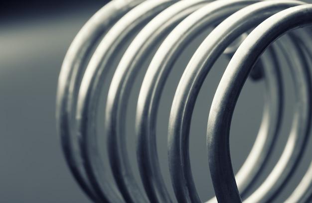 회색 배경에 절연 알루미늄 나선형