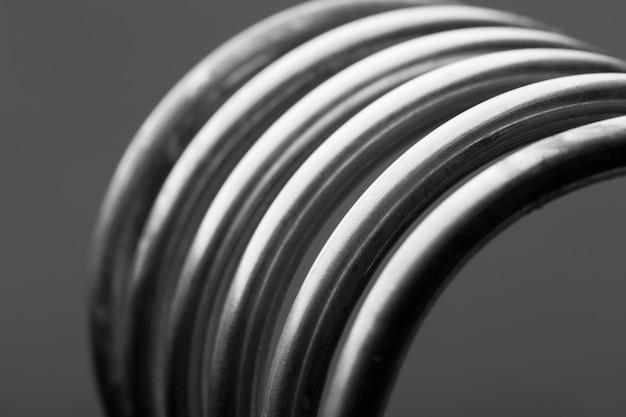 회색 배경에 절연 알루미늄 나선형 프리미엄 사진