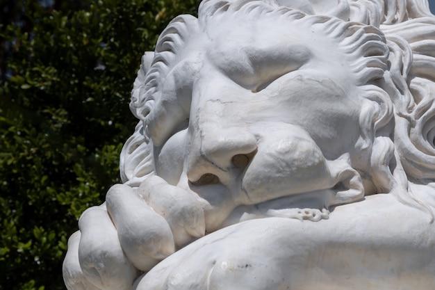 보론초프 궁전 정원에 있는 잠자는 사자의 알룹카 크림 대리석 동상