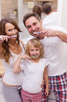 食後は必ず歯を磨いてください