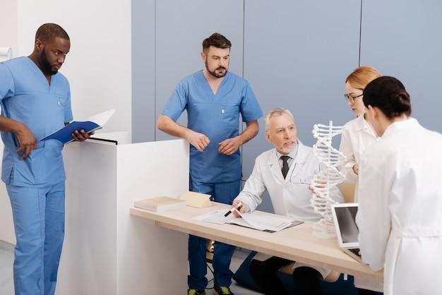 대화를 위해 항상 열려 있습니다. 의과 대학 학생들에게 미생물학을 설명하고 인턴들과 대화를 즐기면서 일하고 강의하는 기쁜 노인 참여 교사
