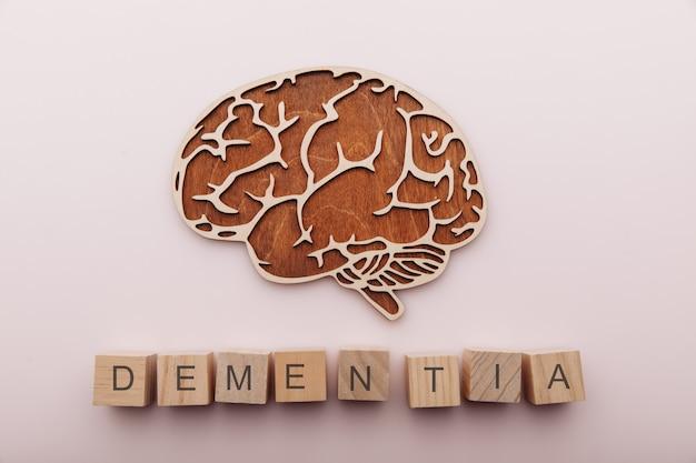 알츠하이머 병 치매 및 정신 건강 개념 두뇌와 단어 치매가있는 나무 큐브