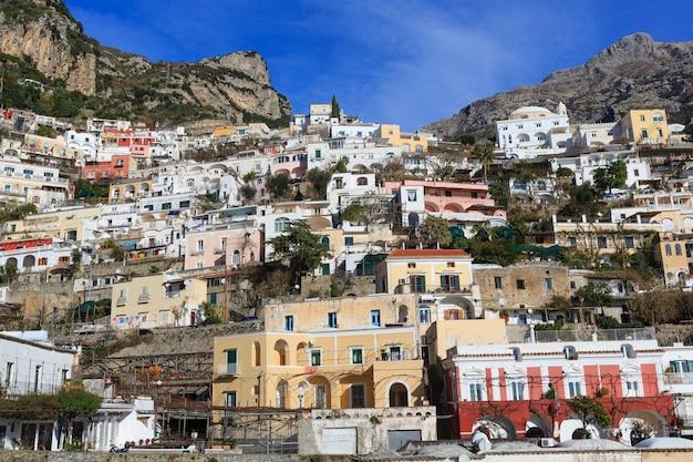イタリア、岩だらけの丘のアマルフィの町の海岸の景色。