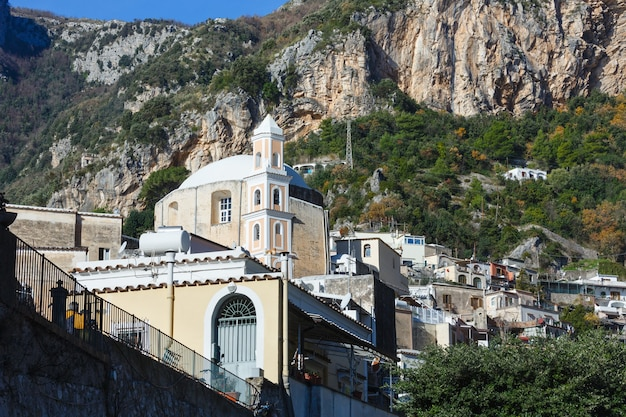 イタリア、岩の多い丘のアマルフィの町の海岸ビュー。
