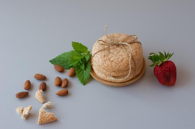 アマレッティ、灰色の背景に伝統的なイタリアのクッキー。