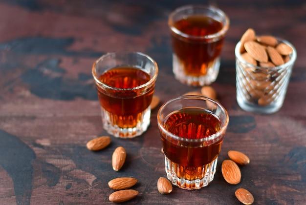 Крепкий алкогольный итальянский ликер amaretto с миндальными орехами