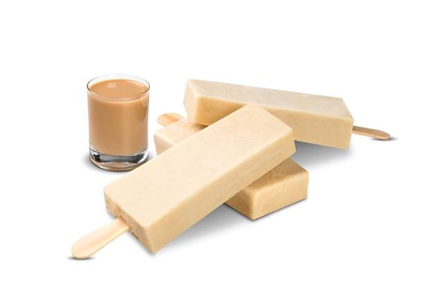 Вставьте вкус amarulla мороженого изолированный на белой предпосылке. мексиканские поддоны.