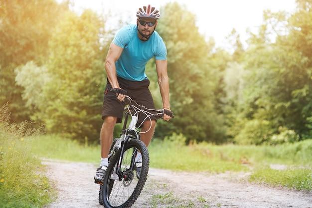 Ciclista dilettante sulla sua bici nella foresta
