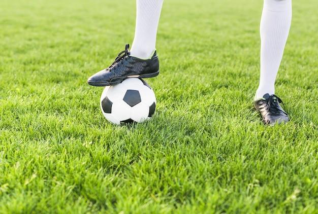 Concetto di calcio amatoriale con l'uomo in posa con la palla