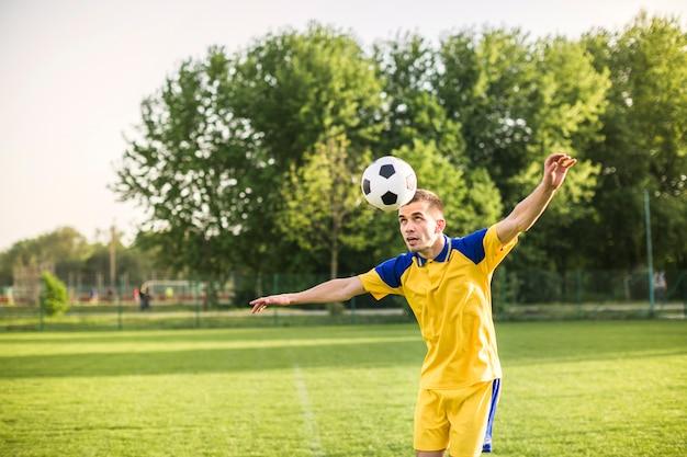 男子トレーニングのアマチュアサッカーコンセプト