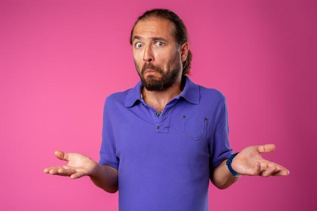 驚いて混乱したあごひげを生やした男は驚きで見えます