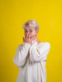 Пораженная и шокированная девушка с белыми волосами