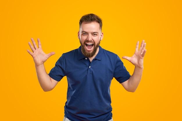 興奮して叫んでいるびっくりしたひげを生やした男