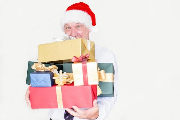 クリスマスプレゼントのヒープを保持する驚くべき従業員