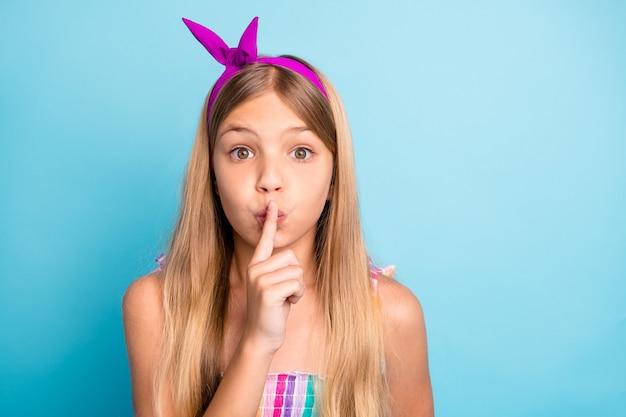 Удивленная девочка ребенок слышит невероятную информацию положить палец губы